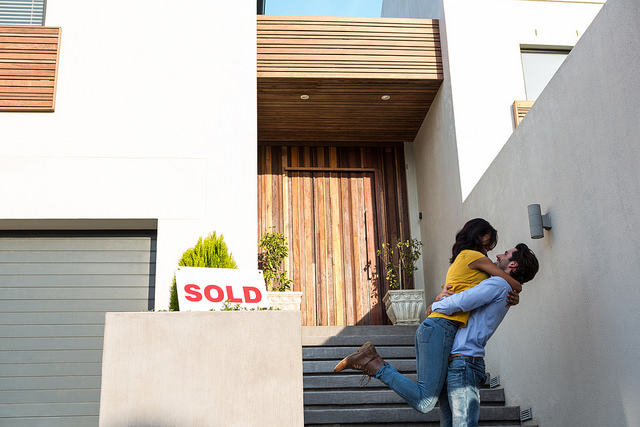 此图像的alt属性为空;文件名为happy-couple-purchase-home-at-auction.jpg