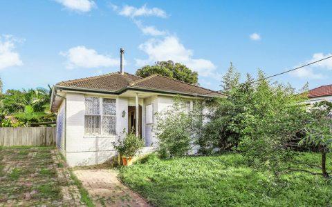 悉尼拍卖会在Covid-19封锁期间,库存短缺使房屋的竞争激增