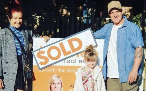 请看努沙腹地的住宅 布洛克获奖者吉米和塔姆已经买下了无抵押贷款的房子