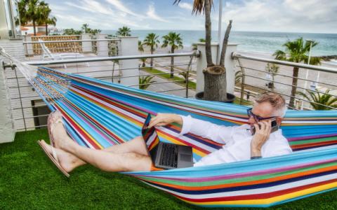 """追求阳光的人在返回办公室前享受欧洲夏季 """"工作假期"""