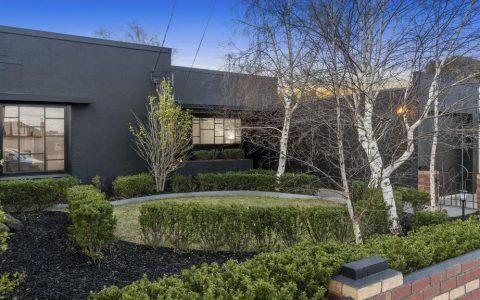 翻新的吉隆住宅提供了了解现代艺术风格的窗口