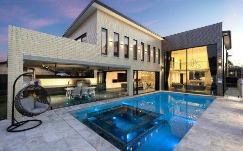 帕纳尼亚设计师的房子有令人惊叹的外墙和一个玻璃墙的温泉