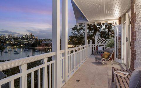 房子大小的中立湾顶层公寓满足了家庭生活的需要