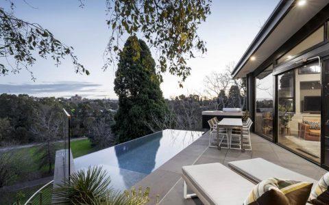 光滑的Hawthorn梦想之家拥有无边泳池和城市景观