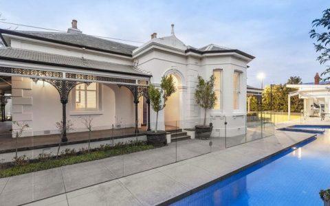 谢恩-克劳福德AFL冠军在布莱顿的房子有豪华游泳池和网球场,吸引了很多新的买家