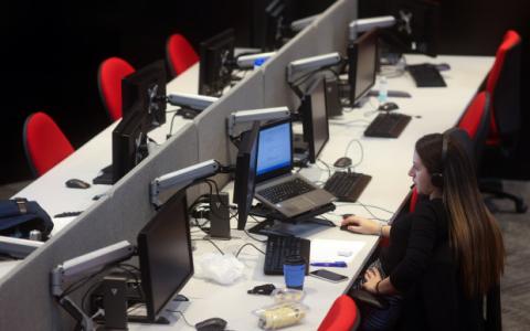 英国贷款机构推出混合办公室,银行家们在地下室里工作